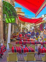 Израиль. Иерусалим. The cozy outdoor cafe with the colorful sunshades, located in the Aftimos Bazaar. Фото efesenko - Depositphotos