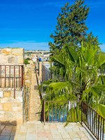 Израиль. Иерусалим. The long narrow path on the ramparts' top is the famous tourist attraction in Jerusalem, Israel. Фото efesenko - Depositphotos