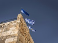 Израиль. Башня Давида в Иерусалиме. Isreali flags in the Tower of David fortress in the old City of Jerusalem, Israel. Фото RPBMedia - Depositphotos