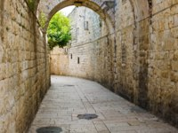 Израиль. Иерусалим. Старый город. Ancient streets and buildings in the old city of Jerusalem. Israel. Фото Siempreverde - Depositphotos