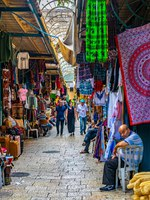 Израиль. Иерусалим. Торговый квартал старого города. People are strolling among various shops situated in a narrow street in the old town of Jerusalem, Israel