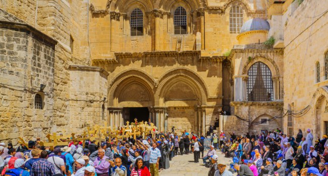 An Orthodox Good Friday scene in the yard of the church of the Holy Sepulcher, with pilgrims queuing at the entrance. The old city of Jerusalem. Фото RnDmS-Dep