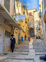 The narrow street of the old residential neighborhood connects the Christian Quarter with the Muslim and Jewish. Фото efesenko - Depositphotos