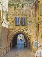 The narrow streets of the old city are full of tiny houses, passages, stairs and hiden yardsin Jerusalem. Фото efesenko - Depositphotos