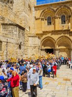 An Orthodox Good Friday scene in the yard of the church of the Holy Sepulcher, with pilgrims queuing at the entrance. The old city of Jerusalem, Israel. Фото RnDmS-D