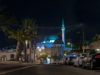 Клуб путешествий Павла Аксенова. Израиль. Акко. Weizman street and the Al-Jazzar Mosque in the old city of Akko in Israel. Фото svarshik1 - Depositphotos