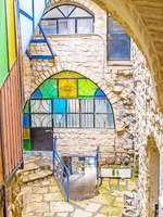 Израиль. Цфат. The narrow descent is the branch of the Gallery street, leading down the slope of hilly old town, Safed, Israel. Фото efesenko-Depositphotos