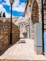Израиль. Цфат. Safed Old Town street, bystreet, alley, backstreet with lantern, benches, ancient stone walls. Фото YKD-Depositphotos