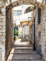 Клуб Павла Аксенова. Израиль. Цфат. A quiet street in the Jewish Quarter in the old town of Safed. Israel. Фото RnDmS-Depositphotos