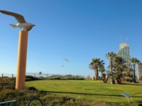 Израиль. Нетания. Modern promenade with lawn and bird sculpture, Netanya, Israel. Фото felker - Depositphotos