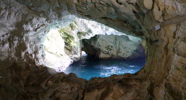 Израиль. Гроты Рош ха-Никра. Grottoes in the mountains of Rosh HaNikra on the shores of the Mediterranean Sea in the north of Israel. Фото shimonbar-Depositphotos