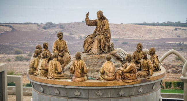 Израиль.Галилейский дом на горе Блаженств.The statues of Jesus and Twelve Apostles in Galilaeae near Sea of Galilee,Israel.Фото alefbet - Deposit