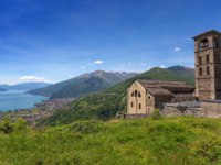 Клуб путешествий Павла Аксенова. Италия. Озеро Комо. Landscape with old church near Como lake between mountains in Italy. Фото Kokhanchikov-Depositphotos