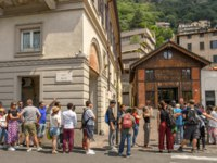 Италия. Озеро Комо. Long queue of people outside the base station of the funicular railway in Como on Lake Como. Фото CeriBreeze - Deposit