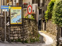 Италия. Озеро Комо. Signs showing walkers the route on a walking trail - the Greenway del Lago di Como. Фото CeriBreeze - Depositphotos