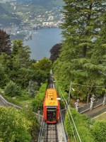 Италия. Озеро Комо. Carriage on the funicular railway in Como which takes visitors up the steep mountain for views of the town and Lake Como. Фото CeriBreeze-D