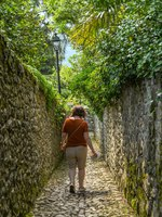 Person walking on the route of the Greenway del Lago di Como. Фото CeriBreeze - Depositphotos