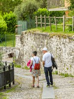 People walking on the trail which runs for several miles around Lake Como - the Greenway del Lago di Como. Фото CeriBreeze - Depositphotos