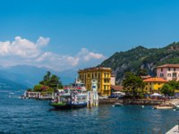 Клуб путешествий Павла Аксенова. Италия. Озеро Комо. Варенна. Ferry and Varenna on lake Como, Italy yacht travel. Фото Alexmit - Depositphotos