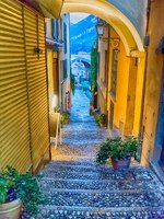 Клуб путешествий Павла Аксенова. Италия. Озеро Комо. Варенна. Scenic alley in Varenna town, Lake Como, Italy. Фото marcorubino - Depositphotos
