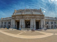 Италия. Милан. The Milan's central railway station, in sunny light. Фото florin1961 - Depositphotos
