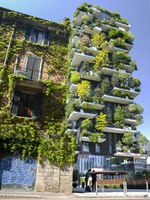 Италия. Милан. Bosco Verticale is a pair of two upscale residential towers in Milans Porta Nuova district consisting of hundreds of trees and plants. Фото Brasilnut-Dep