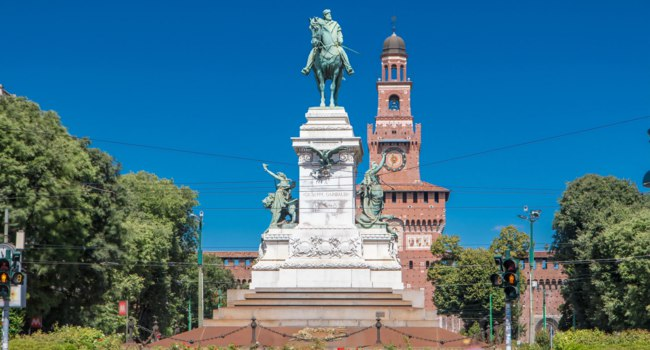Giuseppe Garibaldi horse monument on Largo Cairoli and tower of the Sforza Castle-Castello Sforzesco timelapse, Milan, Italy. Фото neiezhmakov-Depositphotos