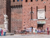 Италия. Милан. Замок Сфорца. Courtyard of the Sforza Castle and statue-Castello Sforzesco timelapse, Milan, Italy. Фото neiezhmakov-Depositphotos