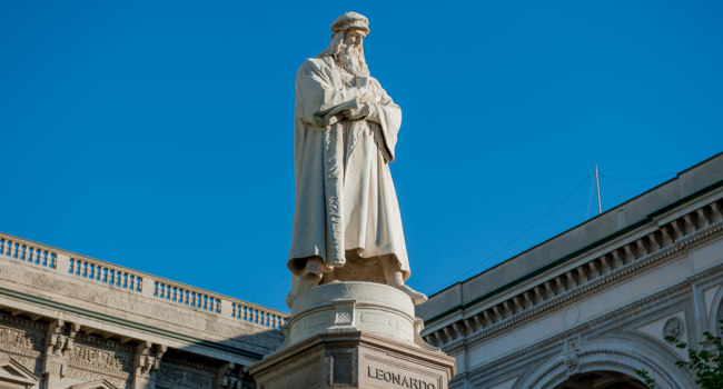 Милан. Памятник Леонардо да Винчи. Statue of Leonardo da Vinci placed in front of the Scala Theatre in Milan. Фото pierluigi1956 - Depositphotos