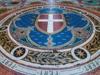 Клуб путешествий Павла Аксенова. Mosaic on the floor of Galleria Vittorio Emanuele depicting Milan's coat of arms, Italy. Фото alexbr - Depositphotos
