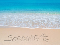 Италия. Сардиния. Turquoise foreshore with sardinia writing. Фото AlKan32 - Depositphotos