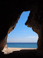 Италия. Сардиния. Cave at Cala Luna beach in the Gulf of Orosei on Sardinia, Italy. Фото pljvv1 - Depositphotos