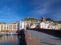 Клуб путешествий Павла Аксенова. View of Bosa and fort from the bridge over Temo River, Sardinia, Italy. Фото AC Manley - Depositphotos