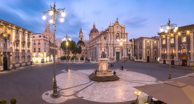Италия. Сицилия. Катания. Piazza Duomo in Catania with the Cathedral of Santa Agatha and Liotru, symbol of Catania, Sicily. Фото olgacov-Deposit