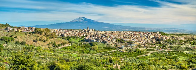 Италия. Сицилия. Катания. View of Militello in Val di Catania with Mount Etna in the background - Sicily, Southern Italy. Фото Leonid_Andronov - Depositphotos