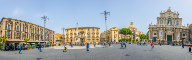 Италия. Сицилия. Катания. View of piazza duomo dominated by the cathedral of saint agatha and an elephant fountain in Catania, Sicily, Italy. Фото Dudlajzov-Deposit