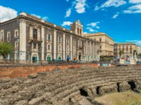 Италия. Сицилия. Катания. Roman Amphitheater of Catania, ruins of an ancient theater. View of Palace of Tezzano on Stesicoro Square. Фото RS.photography-Deposit