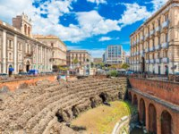 Италия. Сицилия. Катания. The Roman Amphitheater in Catania, ruins of an to the Palace of Tezzano (Palazzo Tezzano). Catania, Sicily, Italy. Фото RS.photography-Dep