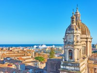 Италия. Сицилия. Катания. Mediterranean sea and panorama of the old town of Catania with towers of Saint Agatha Cathedral, Sicily, Italy. Фото Zoooom-Deposit