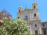 Италия. Сицилия. Катания. San Francesco d'Assisi all'Immacolata church with selective focus on flowered trees, Catania, Sicily, Italy. Фото sergio_pulp - Depositphotos