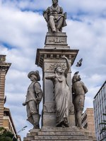 Италия. Сицилия. Катания. Vincenzo Bellini memorial on Stesicoro Square in Catania, Sicily, Italy. Фото fotokon - Depositphotos