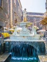 Италия. Сицилия. Катания. Amenano fountain in Catania, Sicily, Italy. Фото Dudlajzov - Depositphotos