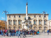 Италия. Сицилия. Катания. People in Piazza del Duomo near Fontana dell Elefante - symbol of the city of Catania. Фото Zoooom - Depositphotos