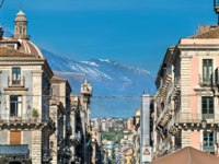 Италия. Сицилия. Катания. View of the historic centre of Catania with Etna Volcano in the background - Sicily, Italy. Фото Leonid_Andronov - Depositphotos