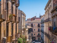 Италия. Сицилия. Катания. Scenic view in Catania on a summer morning. Sicily, southern Italy. Фото e55evu - Depositphotos