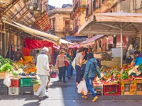 Италия. Сицилия. Катания. People at street market in Catania, Sicily. Italy. Фото Zoooom - Depositphotos