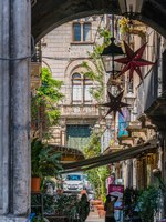 Италия. Сицилия. Катания. An old courtyard in Catania, Sicily, southern Italy. Фото e55evu - Depositphotos