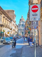 Италия. Сицилия. Катания. Traffic in Giuseppe Garibaldi street and Saint Agatha Cathedral of Catania in the its end. Фото Zoooom - Depositphotos