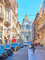 Италия. Сицилия. Катания. Giuseppe Garibaldi street and Saint Agatha Cathedral of Catania in the its end. Фото Zoooom - Depositphotos