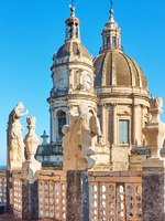 Италия. Сицилия. Катания. Domes and towers of Saint Agatha Cathedral in Catania, Sicily, Italy. Фото Zoooom - Depositphotos